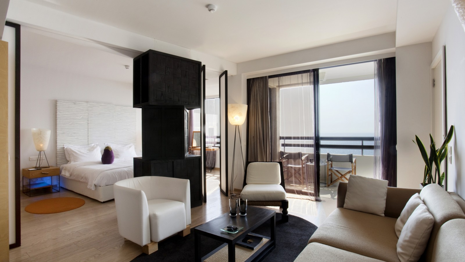 A suite with sea views at the Londa Hotel